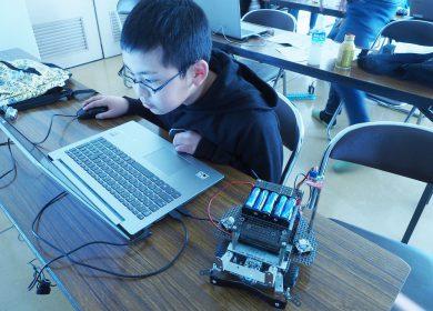 ロボットプログラミングに取り組む児童
